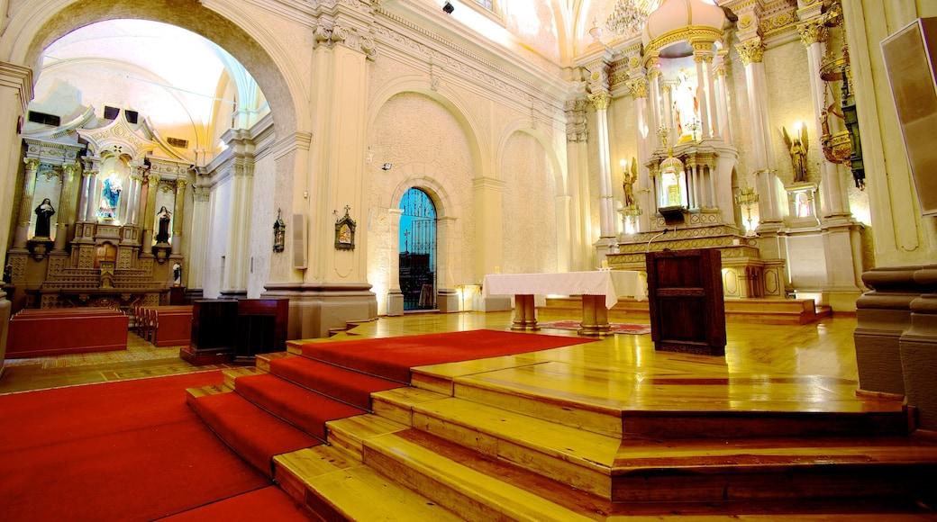 Iglesia Sagrado Corazón de Jesús mostrando elementos religiosos, vistas interiores y una iglesia o catedral