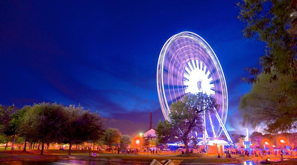 Parque Fundidora que incluye escenas nocturnas, paseos y vida nocturna