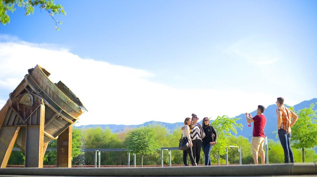 Parque Fundidora que incluye un parque y también un gran grupo de personas