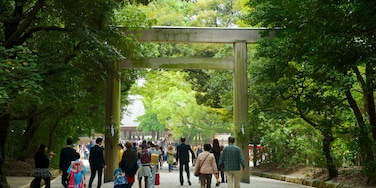 Atsuta Shrine featuring street scenes, religious aspects and a temple or place of worship