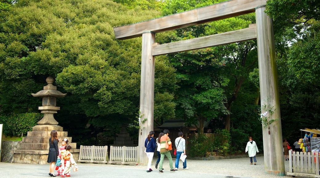 熱田神宮 设有 花園, 宗教方面 和 廟宇或禮拜堂