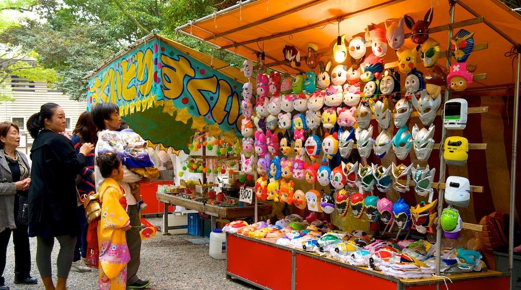 熱田神宮 其中包括 市場 和 街道景色 以及 一大群人