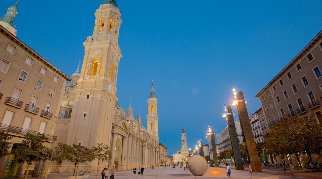 Plaza del Pilar som visar en stad, historisk arkitektur och ett torg