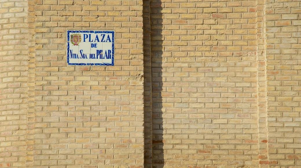 Aragon som visar skyltar