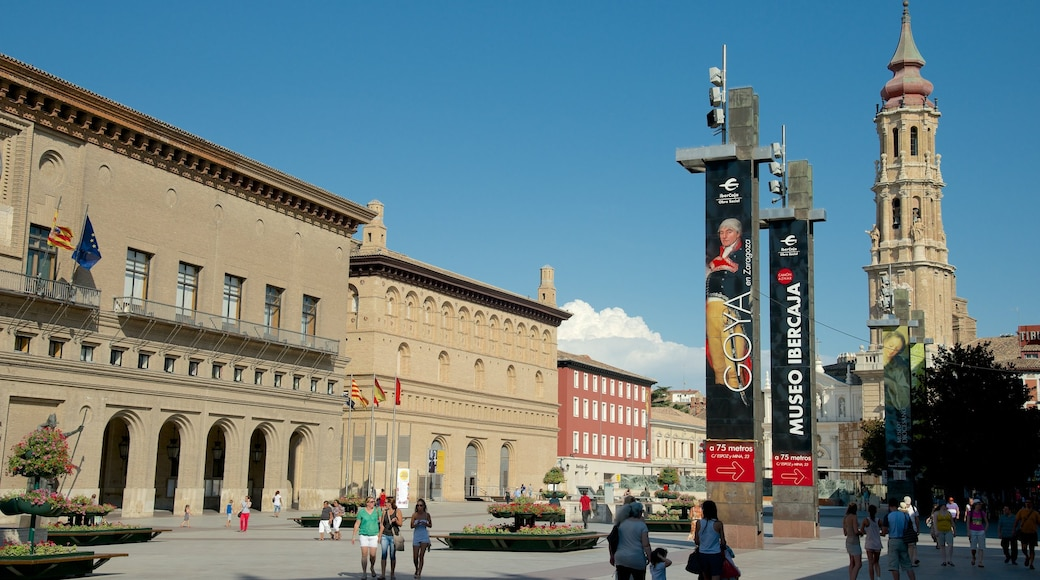 Plaza del Pilar ofreciendo una plaza y una ciudad
