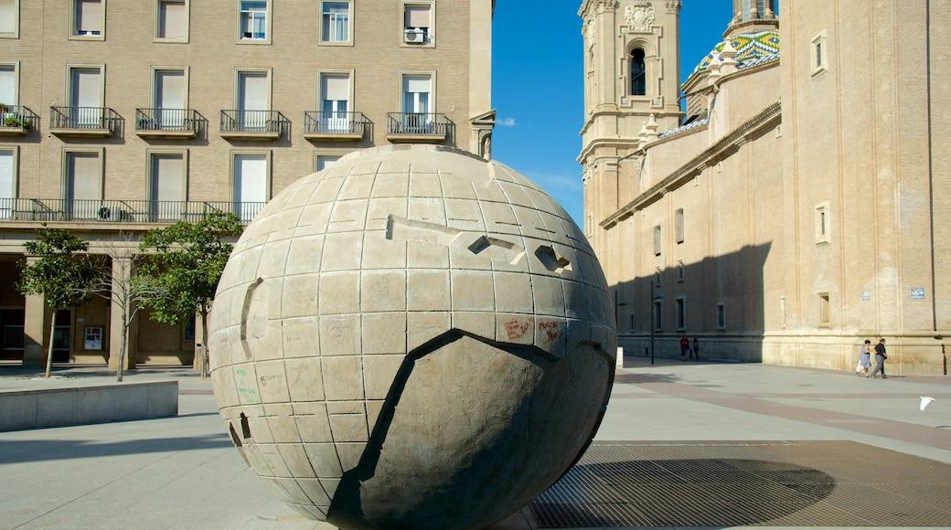 Plaza del Pilar som inkluderar ett torg, konst och en stad