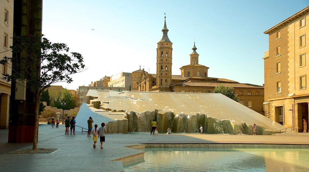Plaza del Pilar som visar ett torg, historisk arkitektur och utomhuskonst