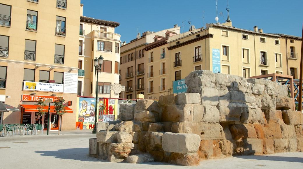 Romersk mur presenterar en ruin, historisk arkitektur och ett torg