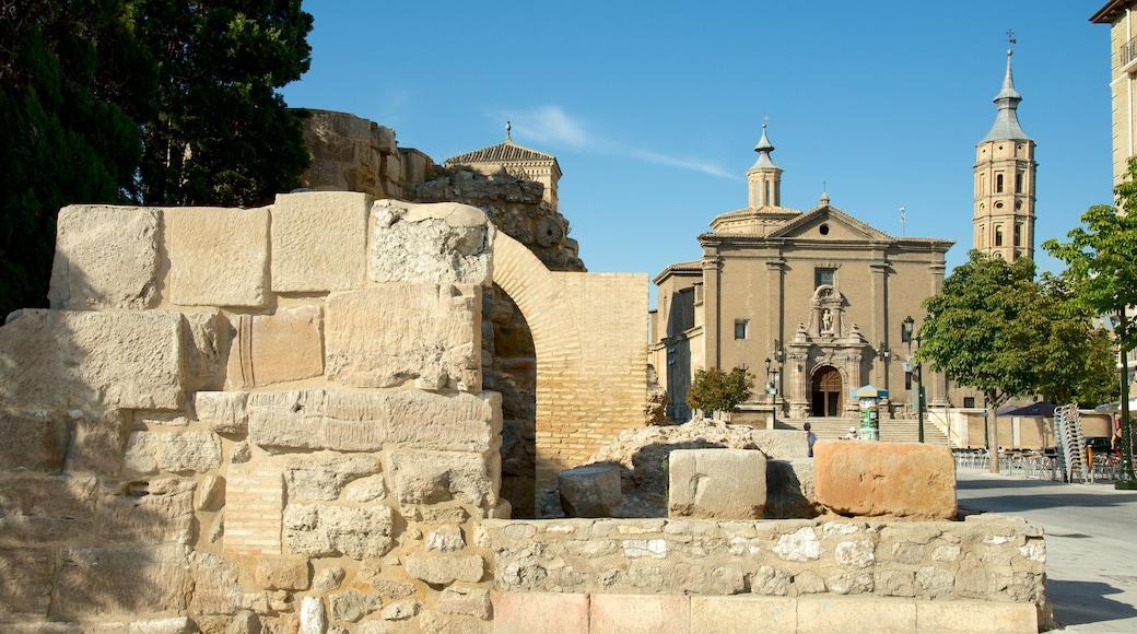 Romersk mur som visar historisk arkitektur, en kyrka eller katedral och en stad