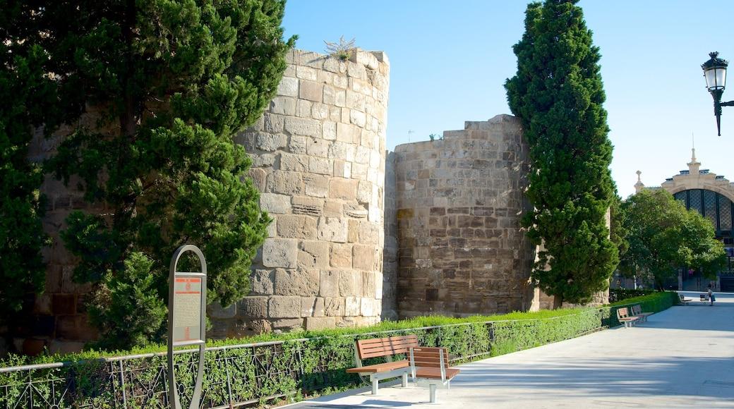 Romersk mur som inkluderar chateau eller palats