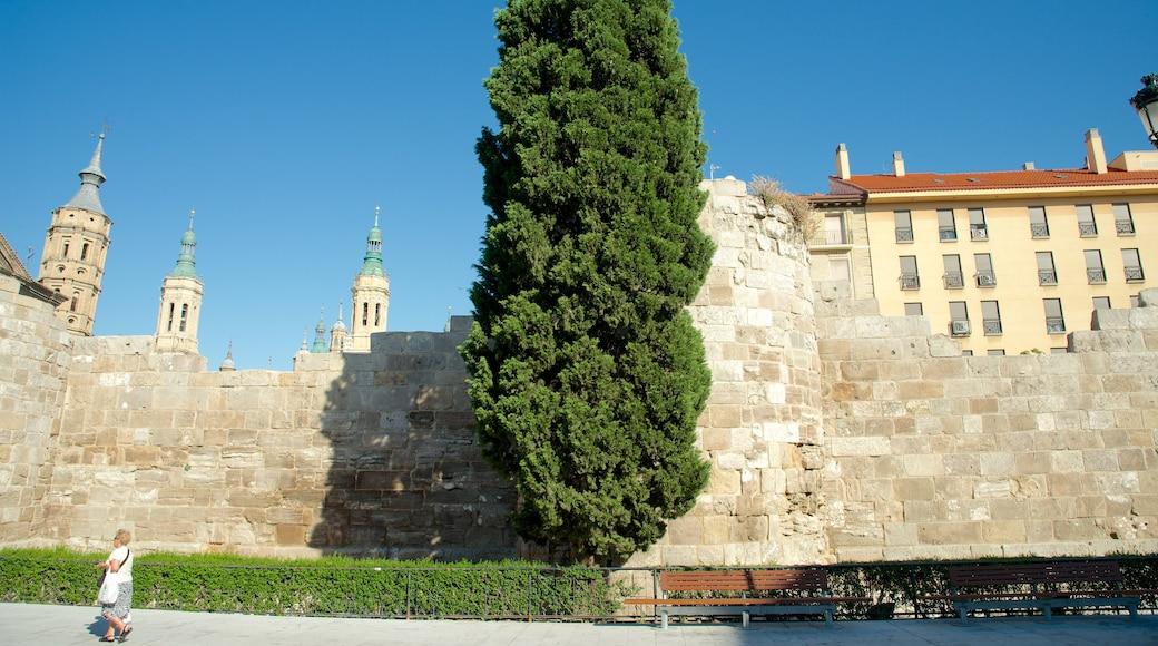 Romersk mur som visar historisk arkitektur, gatuliv och en stad