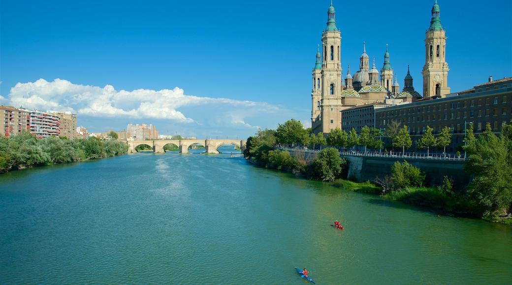 Aragon som visar kajak eller kanot, landskap och historisk arkitektur