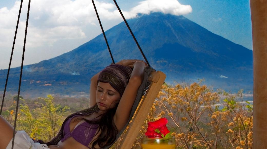 Ometepe mettant en vedette montagnes aussi bien que femme