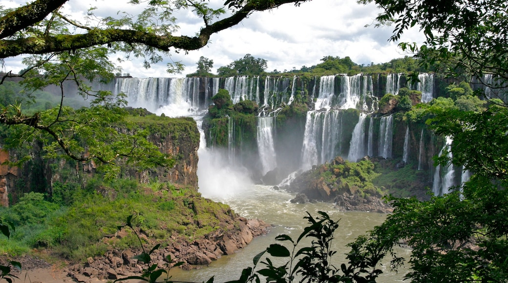 伊瓜蘇大瀑布 呈现出 小瀑布 和 山水美景