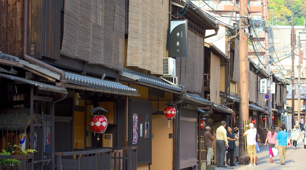 Gion featuring street scenes and a city