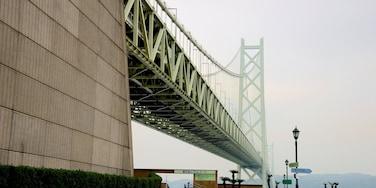 Pont du détroit d\'Akashi qui includes brume ou brouillard, silhouettes urbaines et passerelle ou pont suspendu