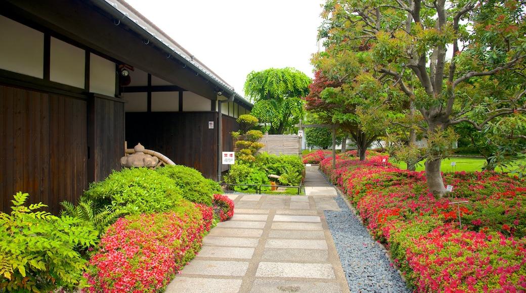 白鶴酒造資料館 设有 花朵 和 花園