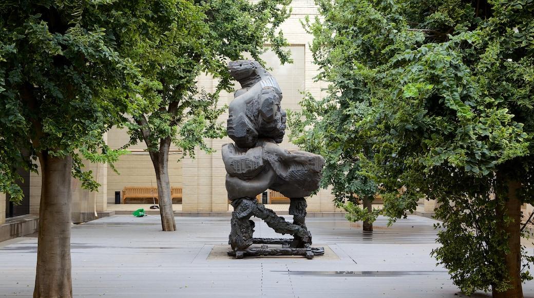 Johannesburg Art Gallery mettant en vedette art, art en plein air et statue ou sculpture