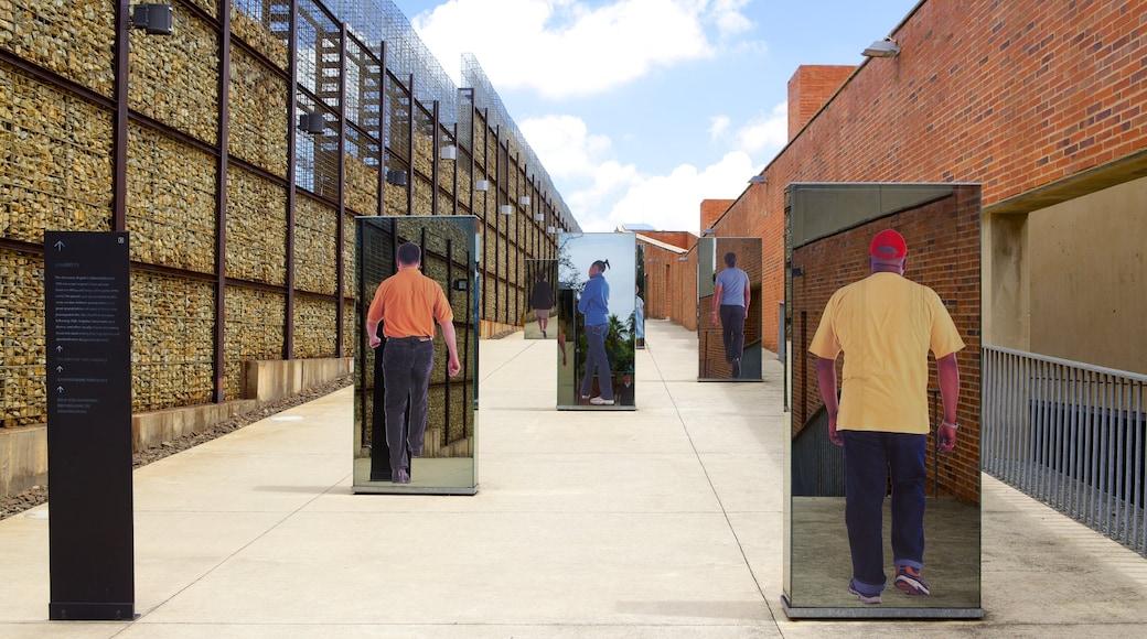 Apartheid Museum montrant ville et art