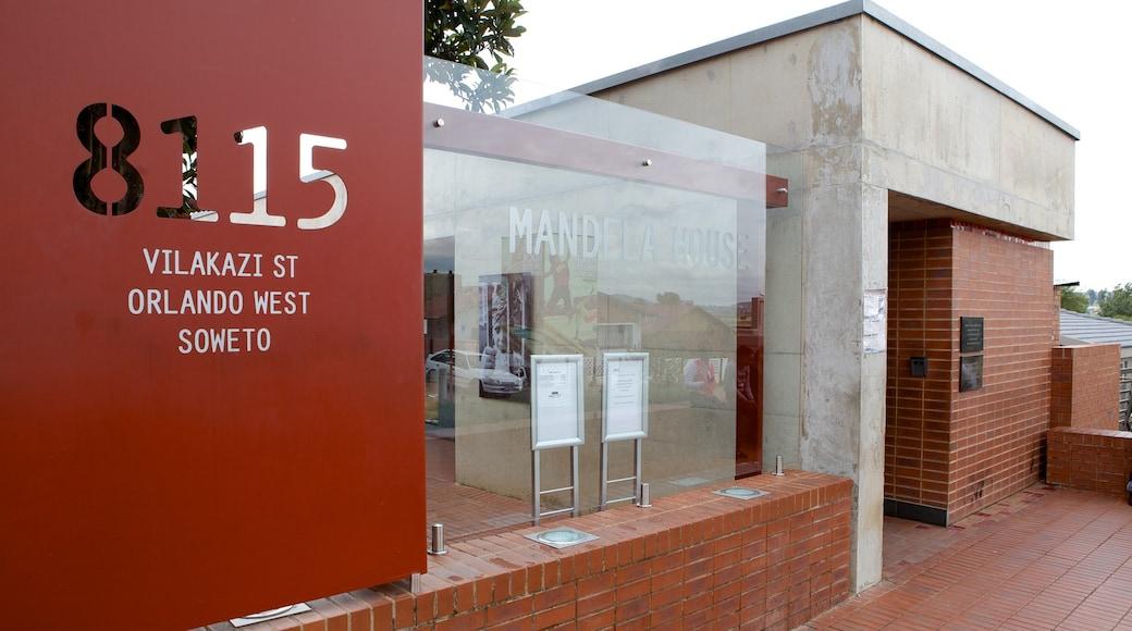 Musée Nelson Mandela montrant signalisation et ville