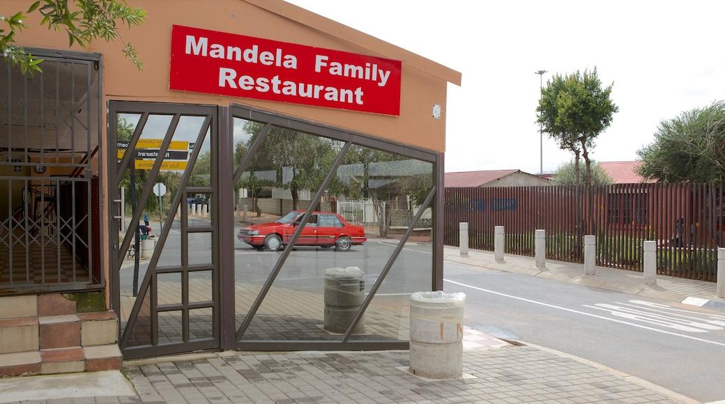 Musée Nelson Mandela mettant en vedette ville, signalisation et scènes de rue
