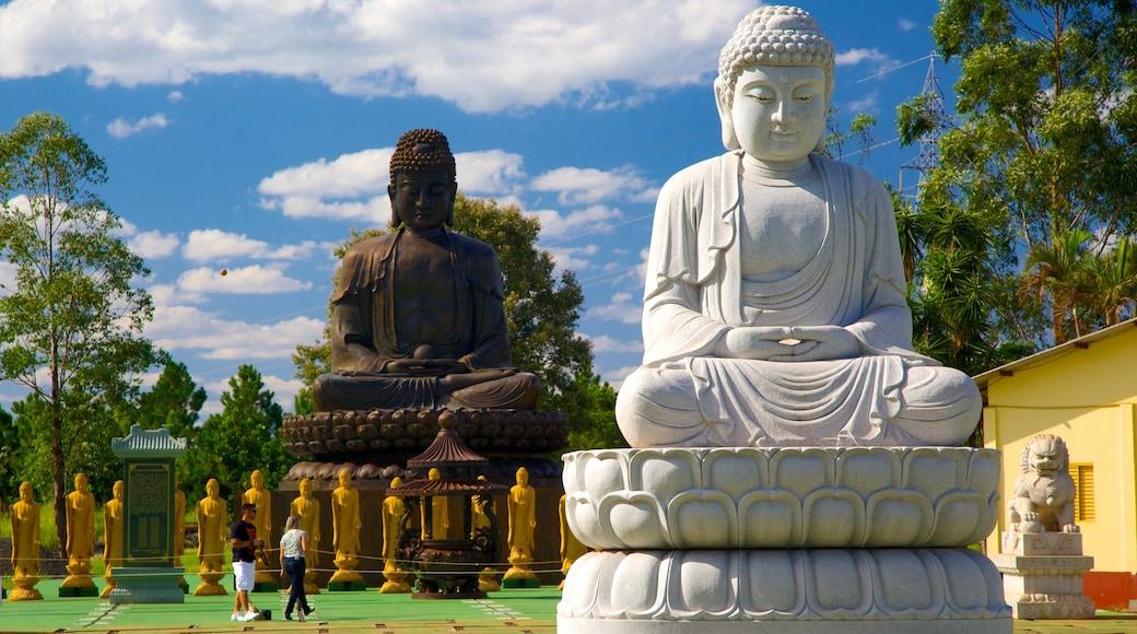 Templo Budista ofreciendo un templo o lugar de culto, una estatua o escultura y elementos religiosos