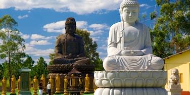 Templo Budista que inclui elementos religiosos, um templo ou local de adoração e uma estátua ou escultura