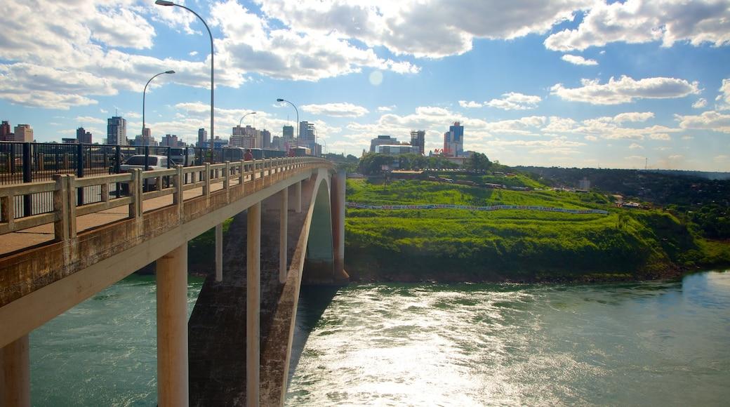 Ystävyyssilta johon kuuluu joki tai puro, maisemat ja kaupunki