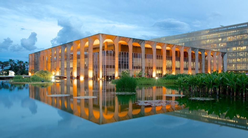 Palacio de Itamaraty mostrando arquitectura moderna, un lago o espejo de agua y un castillo