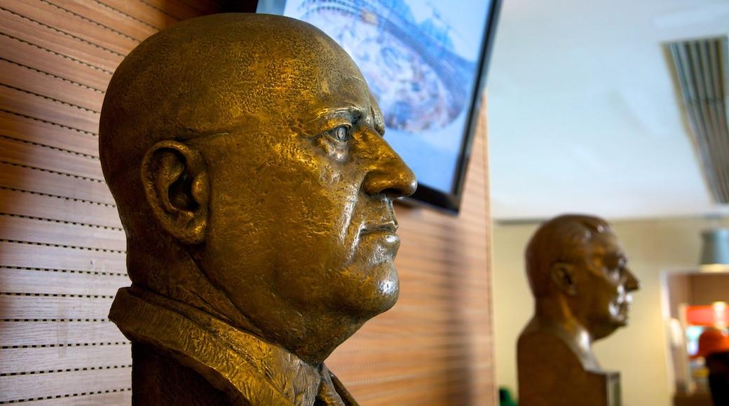 Estadio Maracaná ofreciendo una estatua o escultura y vista interna