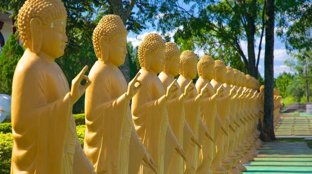 Templo Budista ofreciendo un templo o sitio de culto y elementos religiosos