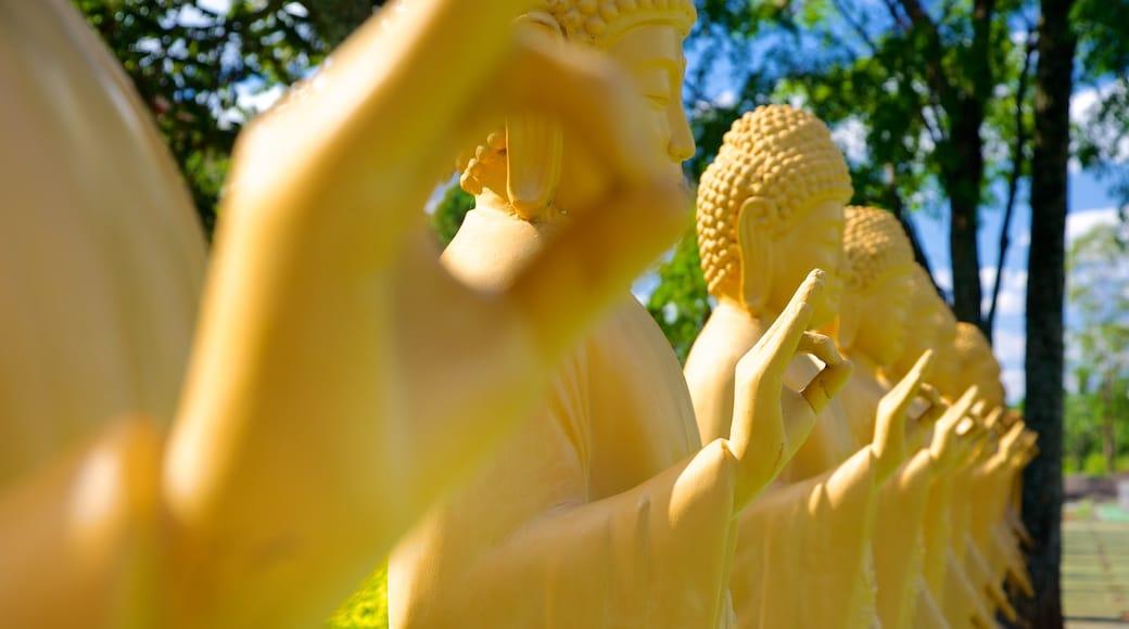 Templo Budista mostrando arte al aire libre y elementos religiosos