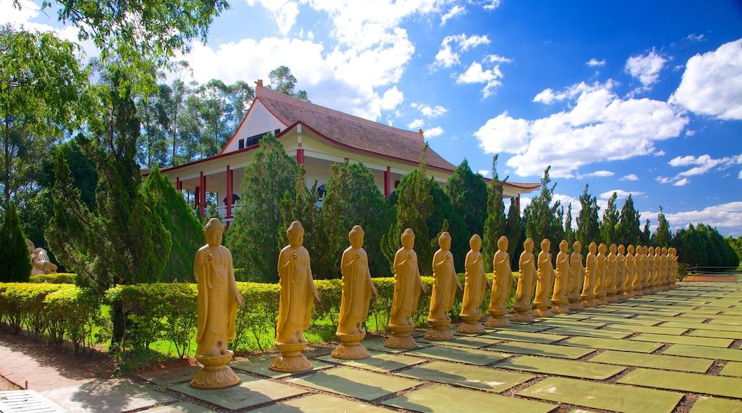 Templo Budista mostrando un templo o lugar de culto, elementos religiosos y patrimonio de arquitectura