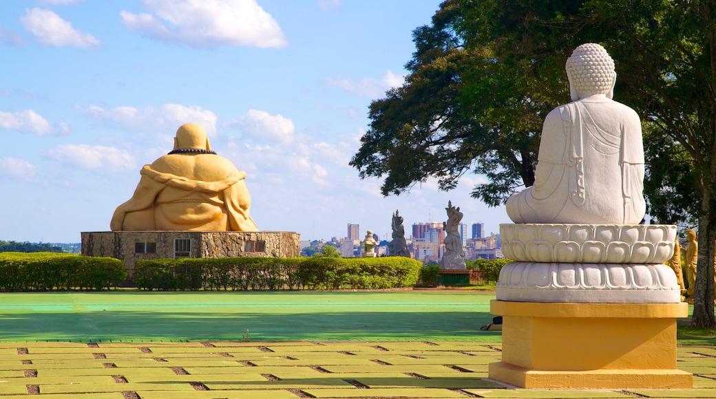 Templo Budista ofreciendo una estatua o escultura, elementos religiosos y un templo o lugar de culto