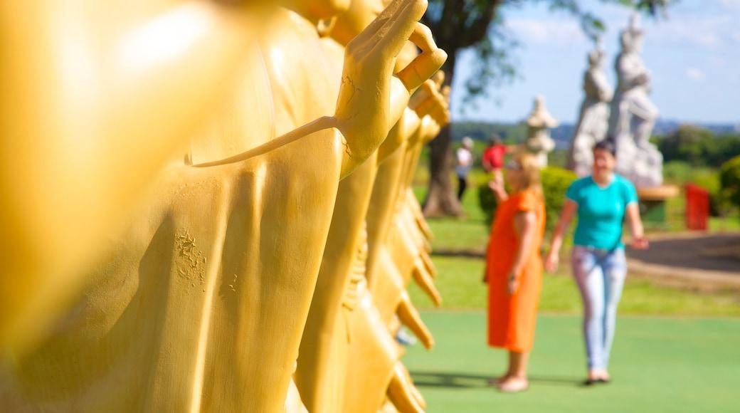 Templo Budista mostrando elementos religiosos y un templo o lugar de culto