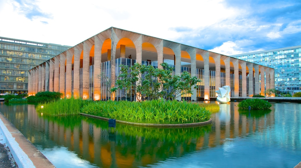 Itamaraty Palace featuring a pond, modern architecture and a city