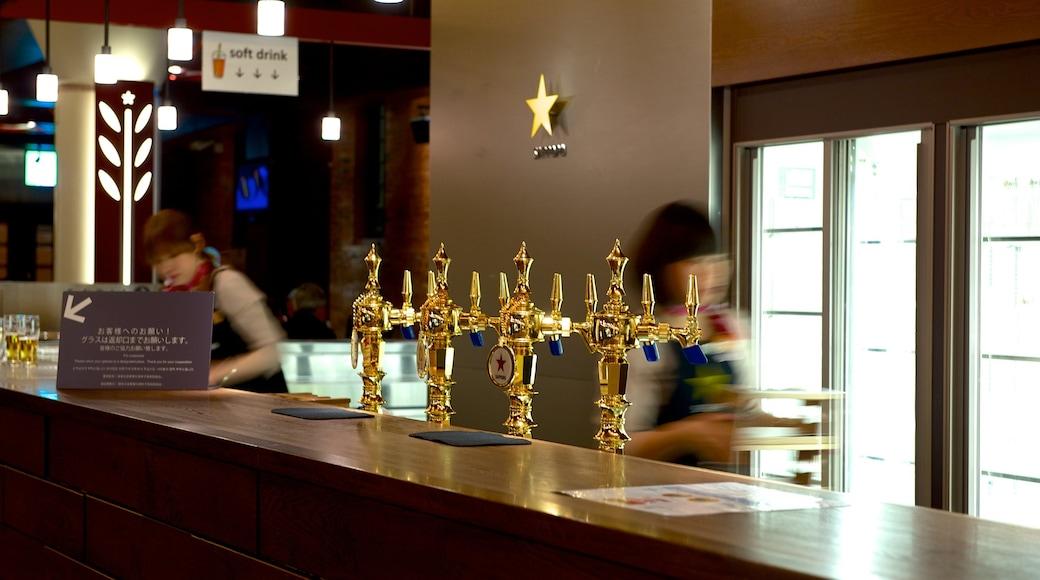 Museu da Cerveja de Sapporo caracterizando vistas internas e um bar