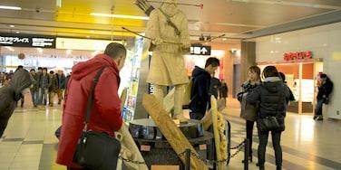 札幌 呈现出 雕像或雕塑 和 內部景觀