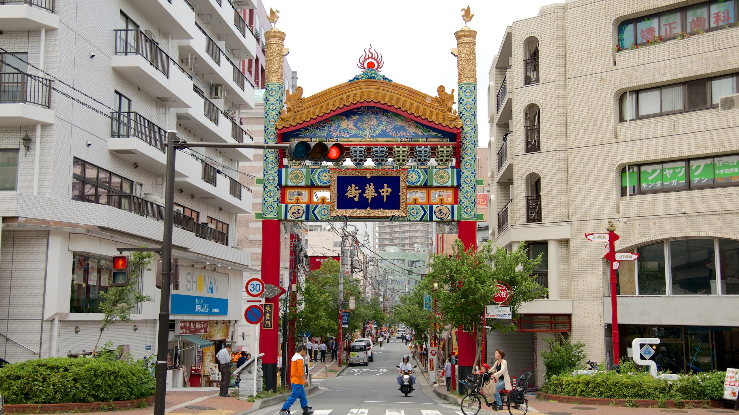 Yokohama showing a city and street scenes