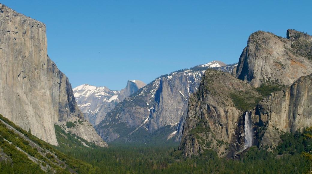 Yosemite Valley welches beinhaltet Berge
