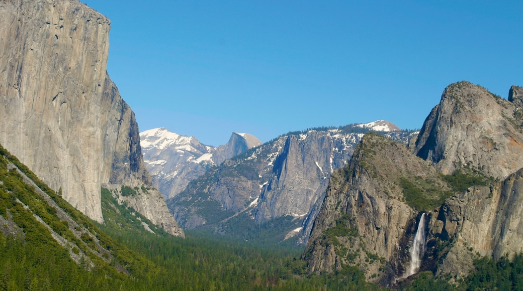 Yosemite Valley which includes mountains
