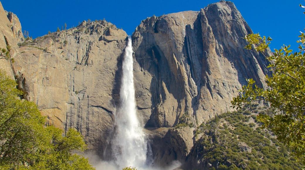 Yosemite Valley caracterizando uma cascata e montanhas
