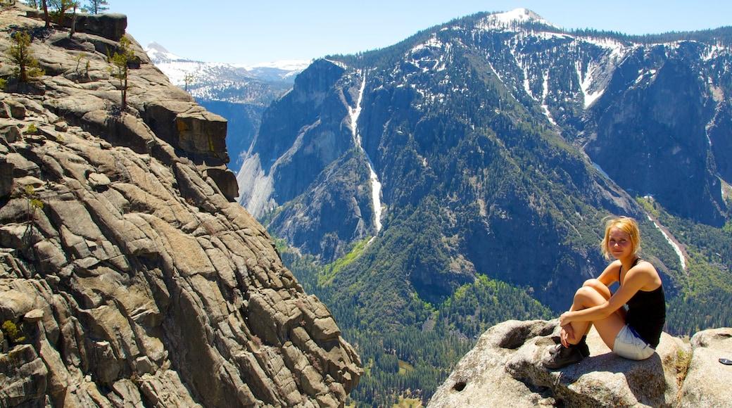 Yosemite National Park welches beinhaltet Berge sowie einzelne Frau