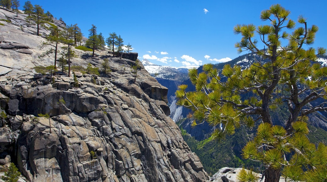 Yosemite Falls which includes mountains