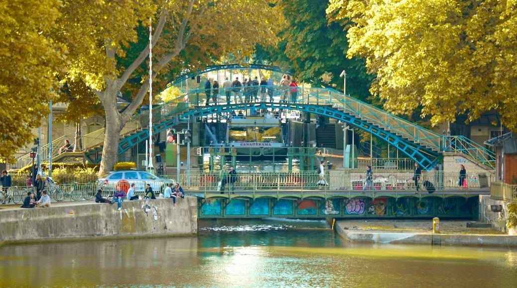 Canal Saint-Martin che include ponte e fiume o ruscello
