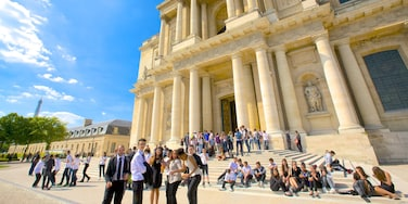 Les Invalides showing street scenes and heritage architecture as well as a large group of people