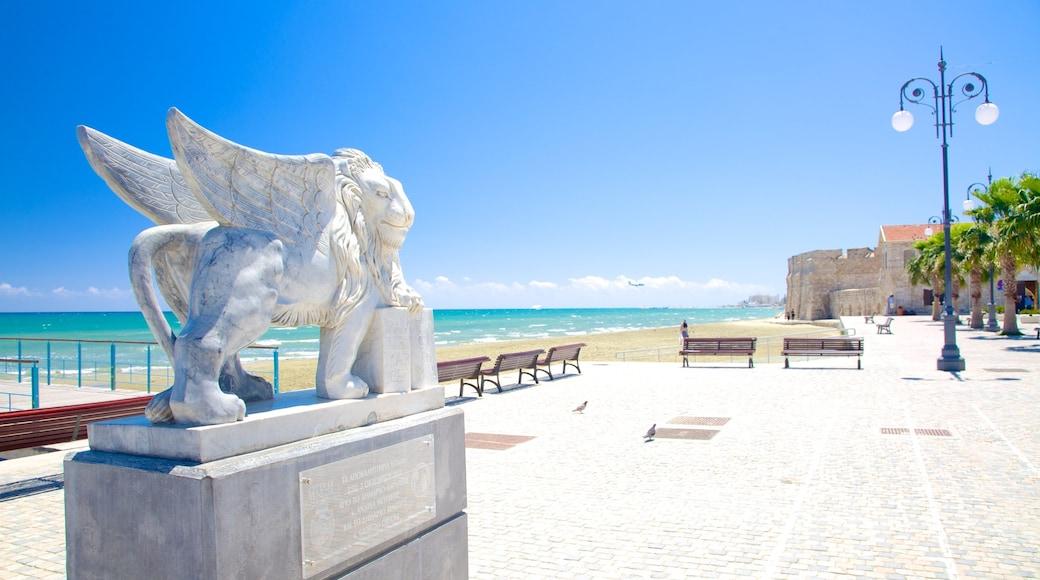 Plage de Finikoudes qui includes statue ou sculpture et vues littorales