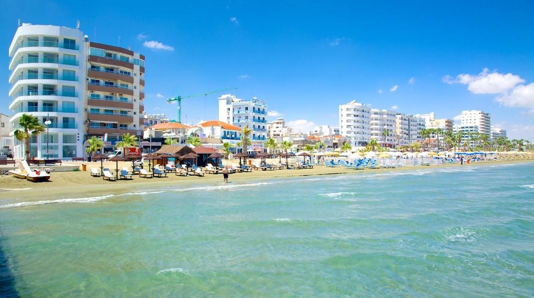 Plage de Finikoudes montrant plage de sable et hôtel ou complexe de luxe