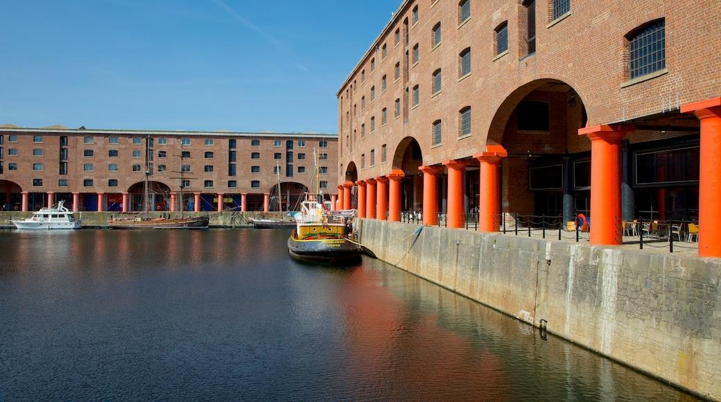 Albert Dock som viser bukt eller havn og historisk arkitektur