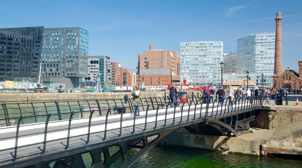 Albert Dock som inkluderer bro, moderne arkitektur og by